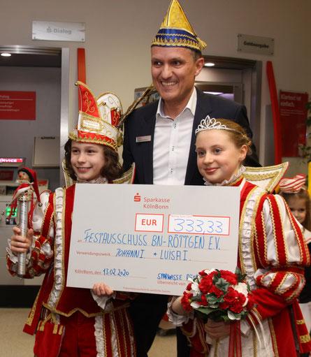 Johann I. und Luisa I. nehmen gern die Spende der Sparkasse aus den Händen von Sascha Kaufmann entgegen