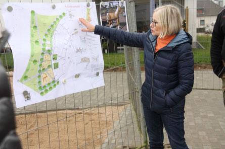 Landschaftsarchitektin Ulrike Steffen-Marquardt erklärt nochmals die Pläne