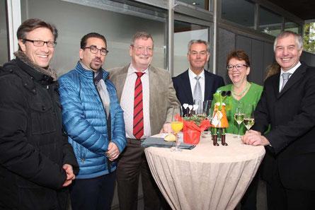 Röttgen wird zum Sitz der zentralen NIW-Geschäftsstelle, 1. Vorsitzender P. Müller (2.v. re.) im Kreis der Gratulanten: Dr. Chr. Katzidis, G. Deus, W. Löser, P. Mellinghoff, Th. Höfgen (von li. n. re.)