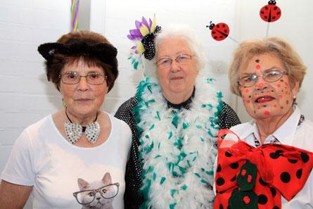 """Nicht die """"Drei von der Tankstelle"""" aber vom Seniorenkreis sind: Marienkäfer Marianne Koberg, Grand Dame Sephi von Loe (Mitte) und Kätzchen Änne Sommerhäuser (li.). Drei, die mit der Zusammenstellung des knatschverröckten Programms viele jlöcklich machten"""