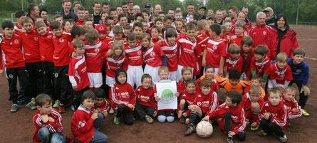 Die Jugendmannschaften von Rot-Weiß Röttgen zogen aus, um für ihren Sportplatz zu sammeln. (Foto: Förderverein Kunstrasen)