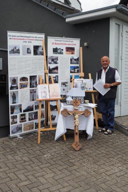 Chronist Heinz Meyer stellt einige seiner Materialien  bei der 300 Jahrfeier der Hubertuskapelle vor