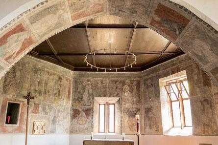Links oben (roter Hintergrund) im Bild eine törichte Jungfrau, deren Lampe erloschen ist, rechts oben eine kluge Jungfrau, deren Lampe brennt (beide roter Hintergrund).    © Traudi