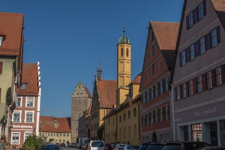 © Traudi - Rothenburger Tor im Hintergrund, rechts daneben die Spitalkirche