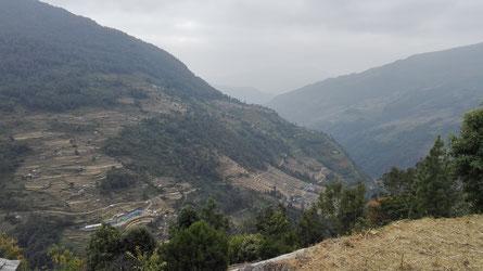 Unten im Tal sieht man noch die blauen Dächer der Schule von Tikkhedhunga...
