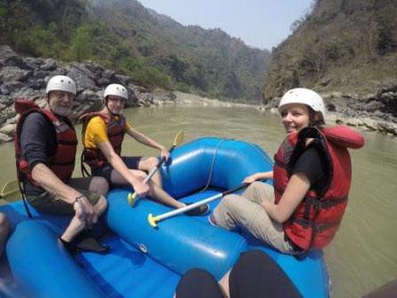 Menschen auf Raft in Nepal