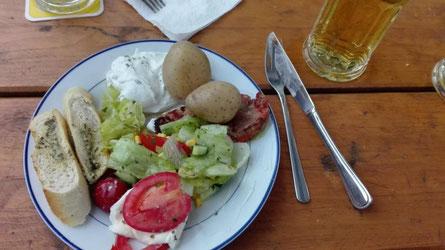 Leckeres Essen beim Grillen auf dem Hof Thomsen