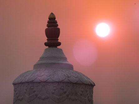 Sieht aus wie ein schöner Sonnenuntergang, aber die Luftverschmutzung ist der einzige Grund warum man nachmittags schon ohne Probleme in die Sonne gucken kann...