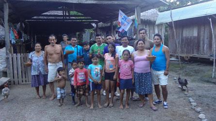 Zwei Familien aus der Gemeinde Mawka Llakta