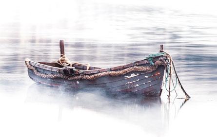 Boot auf Wasser im Nebel