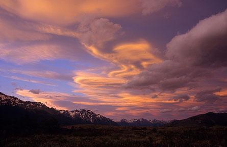 """Im Abendlicht leuchtende """"Reina del Viento""""-Wolken über den patagonischen Anden am Lago Argentino © Rosenwirth"""
