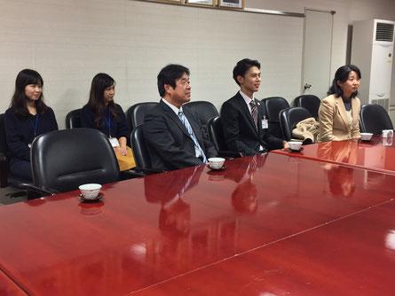荒竹副市長の質問に答える和坂さん。後ろには市役所職員のご姉妹も応援に