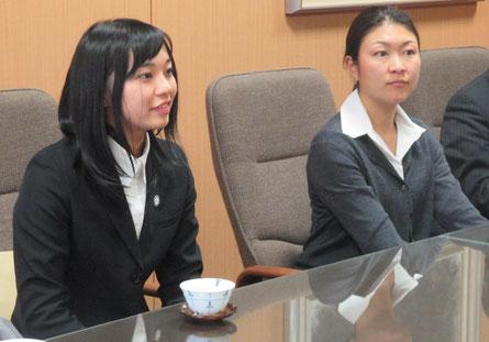 ガボンに行く野口彩夏さん(左)とマラウイから帰国した野口孝子さん(右)