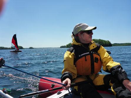 Gabi an der Pinne als Skipperin