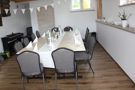Seminarraum mit beispielhafter Bestuhlung für 12 Gäste und einem Buffet