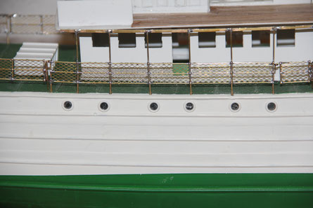 Die Reling, mit der Verlängerung zum Brückendeck.