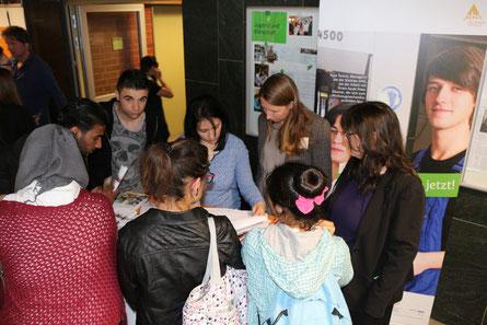 Beratung von Jugendlichen beim Ausbildungsinformationstag