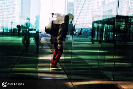 Marcheuse derrière les vitres