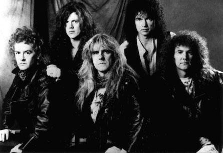 """Saxon im Jahr 1993: Das britische Heavy Metal-Urgestein um Frontmann Biff Byford (Bildmitte) hätte beim """"Castle Rock Festival"""" auftreten sollen. Foto: Promo"""