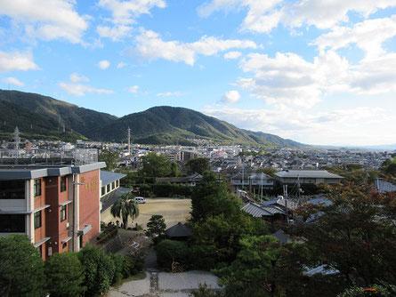 一燈園の高台から山科盆地を見る