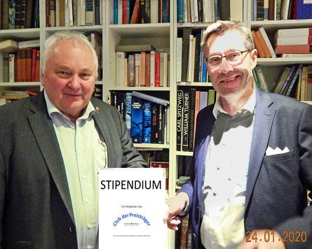 Heiner Schönecke und Kay Schnebbe zeigen die Info über das Stipendium