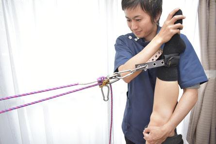 大阪下半身ダイエット専門整体サロンのサイズダウン整体で器具を使った整体の様子。