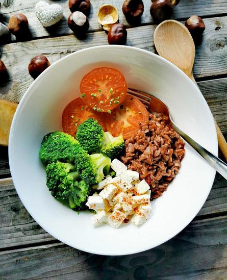 Roter Vollkornreis mit Gemüse und Feta