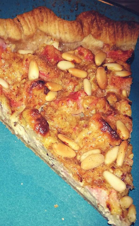 Rhabarberkuchen mit Mandeln und Pinienkernen