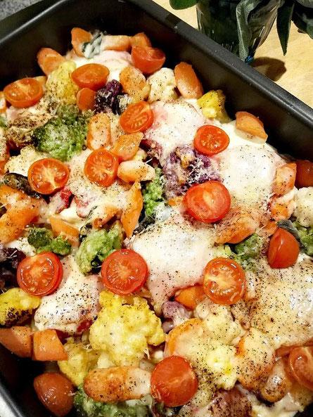 Pouletbrust im Rohschinken-Mozzarella-Mantel auf einem Gemüsebett im Ofen überbacken