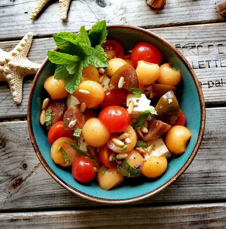 Melonen-Feta-Cherrytomaten Salat mit frischer Minze