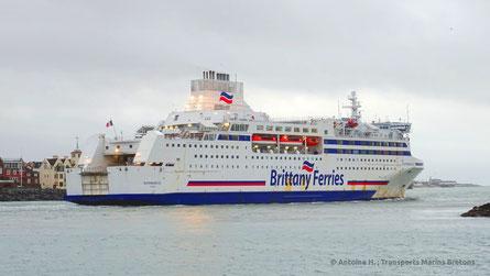 Normandie quittant le port de Portsmouth sur une traversée vers Ouistreham.
