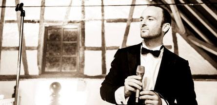 Sänger Christian Bruns sorgt in der Haldmühle Bissersheim für exklusive Atmosphäre