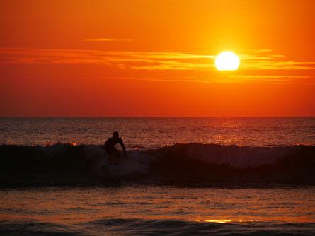Surfen im Sonnenuntergang in Canoa