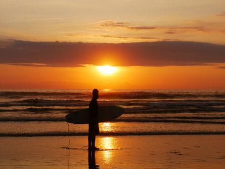 Surfen im Sonnenuntergang in Ayampe
