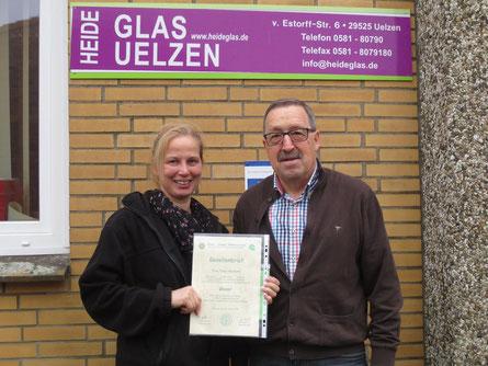 Tanja Neumann von Heideglas Uelzen und Roger Möhle, Geschäftsführer der Glaser-Innung bei Übergabe des Gesellenbriefes.