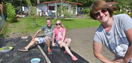 """Familie Plura hat sich eine Parzelle im Kleingartenverein """"Am Timpenkotten"""" zugelegt. Andreas, Jamie und Bianka entspannen in der Sonne."""