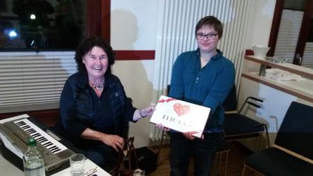 Die Vorsitzende des Bewohnerbeirates übergab ein Dankeschön an Irmhild Frye Foto: HPD