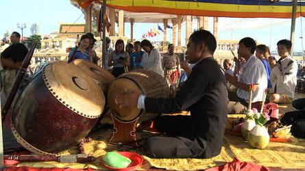 Skor thom et skor samphor sur son support. Phnom Penh.