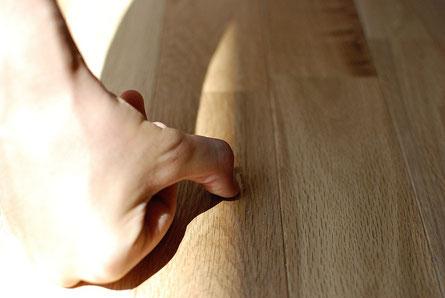 アンドウッド andwood 目割れ 補修方法 無垢 フローリング 指でおさえる
