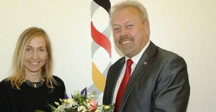 Rhönforum-Vorsitzender Manfred Grob (r.) gratuliert Ricarda Steinbach zum Amtsantritt