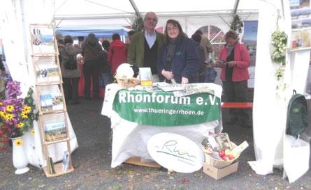 Rhönforum-Vorstandsmitglied Peter Casper und Projektmanagerin Regina Filler am Infostand