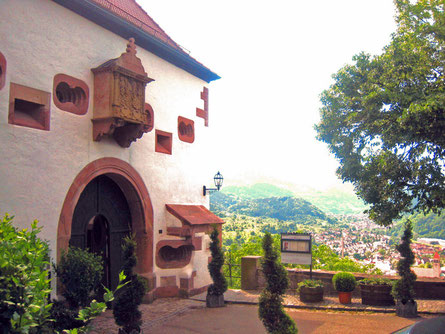 Eingangsportal Schloss Eberstein mit Blick auf das Murgtal