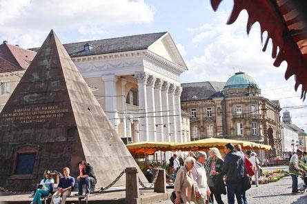 Karlsruhe, Marktplatz mit Pyramide und Gaststätte, Sehenswürdigkeit
