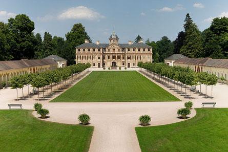 Schloss Favorit mit markgräflicher Gartenanlage und hinter dem Schloss Schlosspark mit See, weitläufiges Gelände zum flanieren.