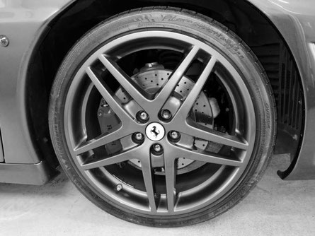 Représente la roue jante et pneu d'une Ferrari