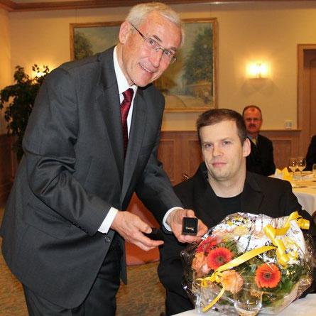 VdSBB-Schatzmeister Lutz Grotehusmann übergibt die Ehrung an Ronny Ziesmer