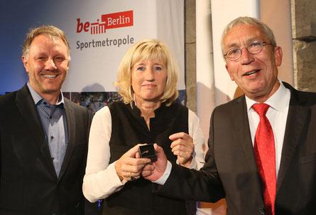 Laudator Andre Keil, Ines Geipel, VDSBB-Vorsitzender Hanns Ostermann (v.l.) bei der Verleihung des Goldenen Bands 2017