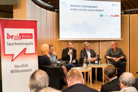 Von links nach rechts: Moderatorin Gaby Papenburg, Bob Hanning, Friedhard Teuffel,  Dirk Schimmelpfennig, Henning Harnisch (Foto: Markus Stegner)