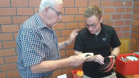 Schlägerberatung: Siegfried Furchert lässt sich vom Experten Markus Friedrich Tipps geben.