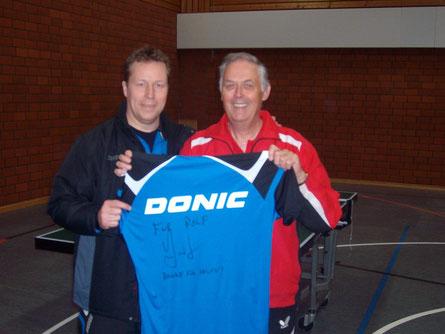 Geschenk des Olympiasiegers: Jan-Ove Waldner (links), der beste Tischtennisspieler aller Zeiten, schenkte nach dem Trainingstag im April 2012 Rolf Wiegand sein Trikot.